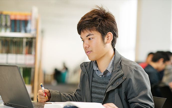 English student Shota in the city campus library
